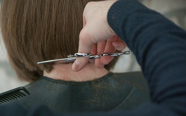podcinanie włosów
