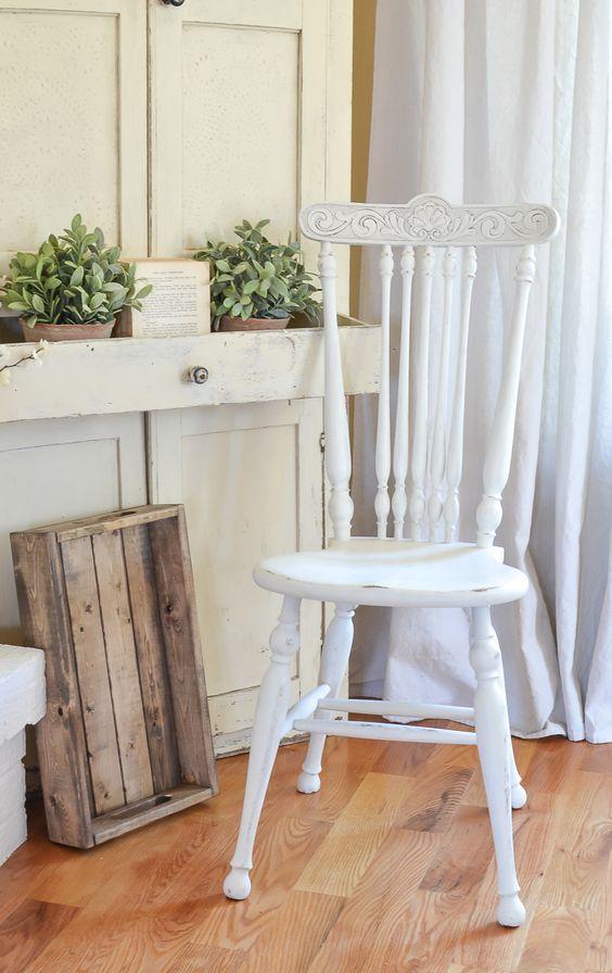 białe krzesło pomalowanie farbą kredową